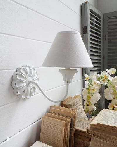 Applique legno bianco rosone a fiore con paralume