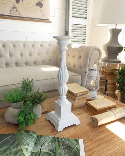 Candeliere legno bianco impero su capitello decorato