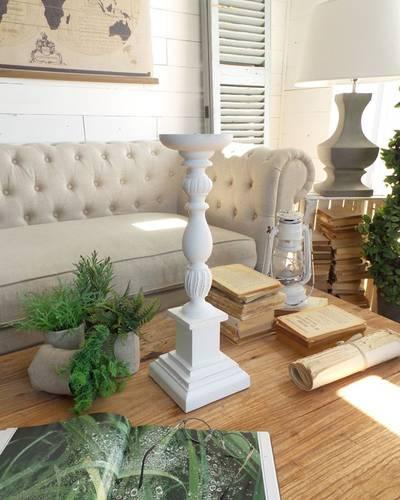Candeliere legno bianco impero su capitello squadrato