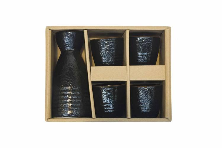 Completo sakè bottiglia e bicchieri