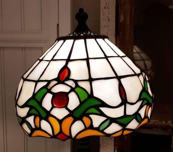 Lampada tiffany bianca bordo fiori con gemma rossa 35h